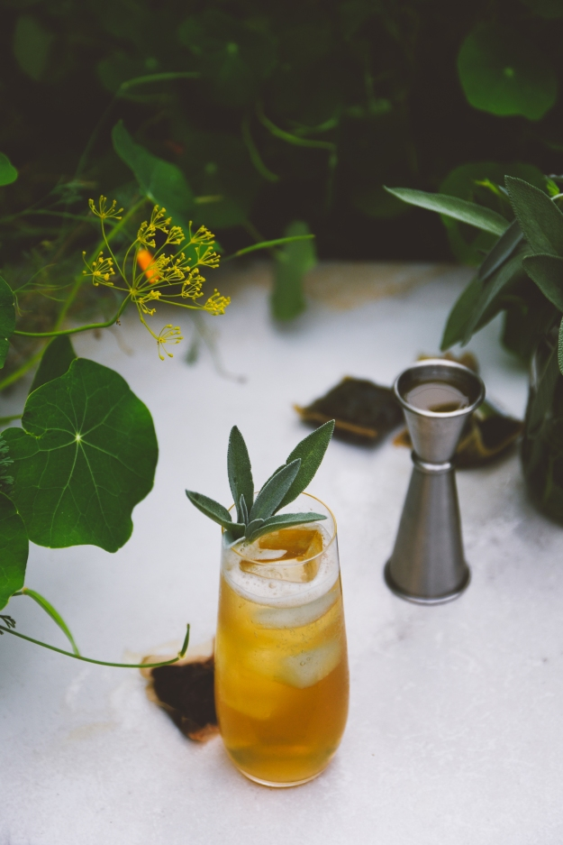 spiced pineapple shrub sparklers with black tea + coconut | holly & flora #mocktails #shrubs